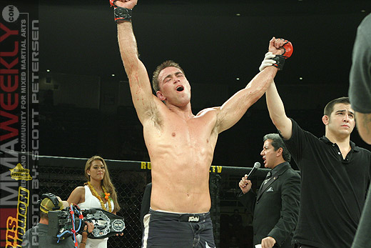 Jake Shields poza Strikeforce